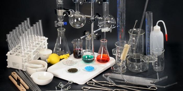 Zestaw szkła laboratoryjnego ze sprzętem uzupełniającym do prowadzenia ćwiczeń i doświadczeń w szkolnej pracowni chemicznej (Marka CHEMACK: 40 pozycji – ok. 120 elementów)